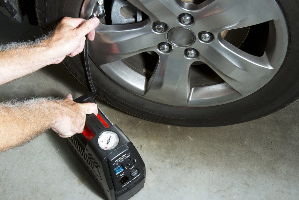 basic 12v compressor airing up minivan tire